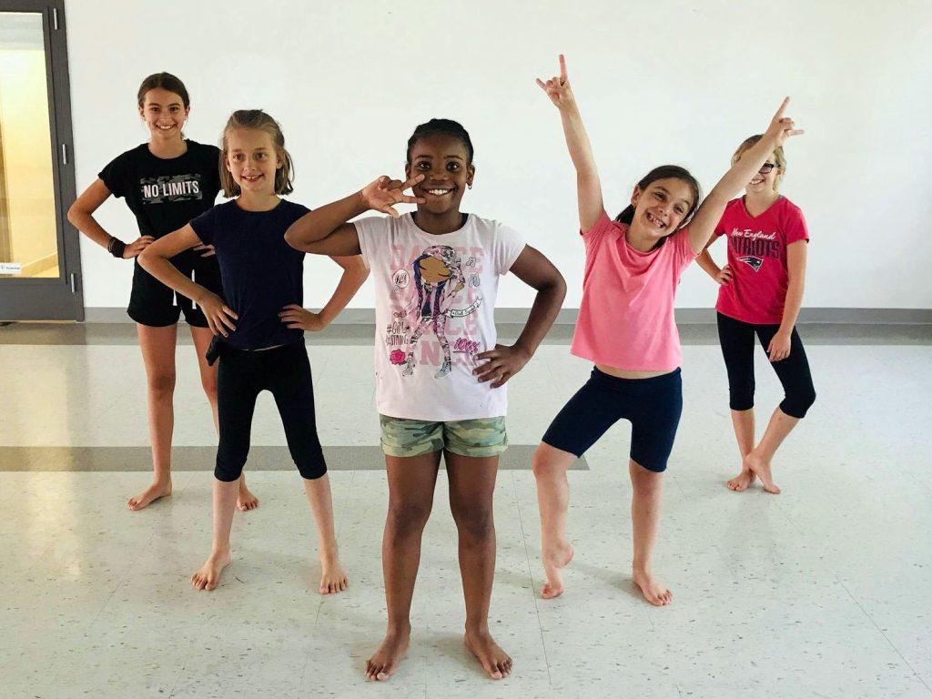 Des enfants font une pose de danse.